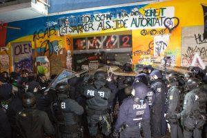 Nach einer Attacke auf einen Polizeibeamten in der Rigaer Straße am Mittwochmittag hat die Polizei am Abend das Haus, in das die Täter geflüchtet waren, durchsucht. Die vier Angreifer hatten sich mittags in der Rigaer Straße 94 verbarrikadiert. Beamte des Spezialeinsatzkommando (SEK) drangen in das Haus ein. 200 Polizisten waren vor Ort im Einsatz, 300 weitere Beamte in der Umgebung in Bereitschaft.